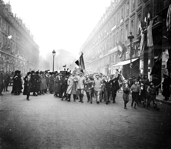 L'armistice,11 novembre 1914, place de la Concorde Source : http://www.paris-unplugged.fr/